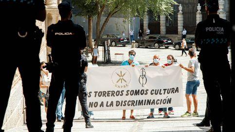 Trabajadores del mundo del toro insultan a Yolanda Díaz y golpean su coche en Toledo