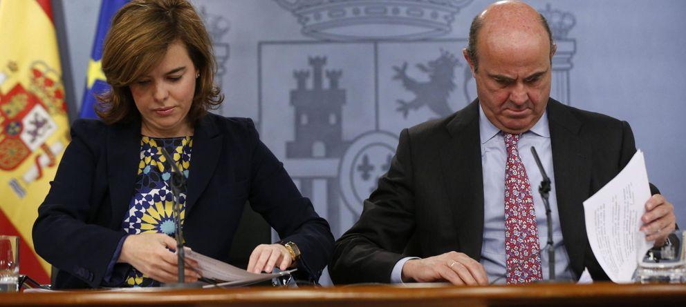 Foto:  El ministro de Economía, Luis de Guindos, y la vicepresidenta del Gobierno, Soraya Sáenz de Santamaría (Efe)
