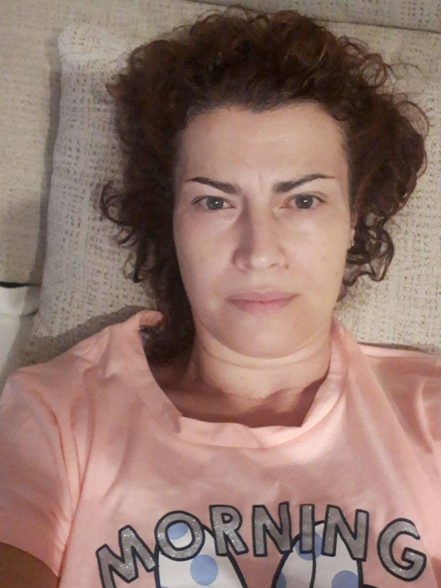 Laura Olmo tumbada en el sofá de su casa
