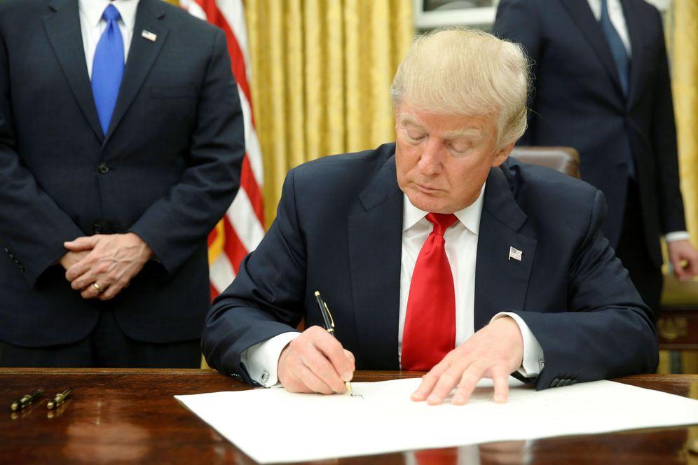 Foto: Donald Trump firma su primera orden ejecutiva en el Despacho Oval, contra el Obamacare, horas después de su investidura (Reuters)