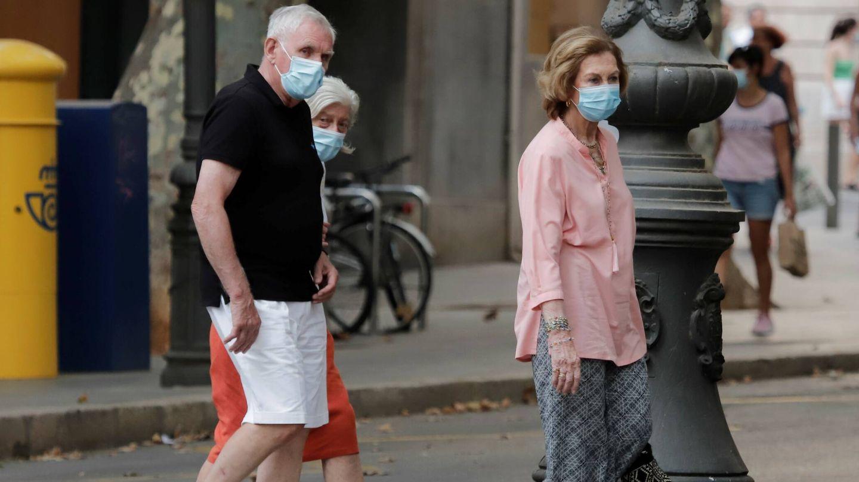 La reina Sofía, paseando por Mallorca con sus amigos. (Julián Aguirre)