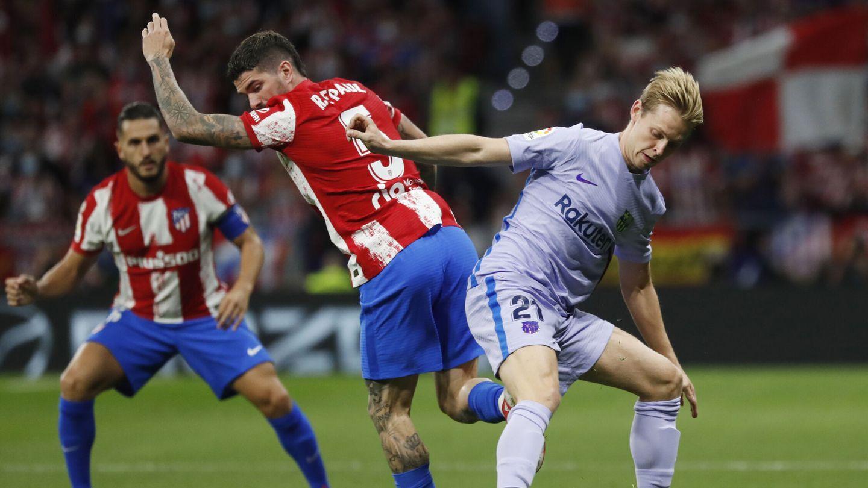 De Jong roba la pelota a De Paul. (Reuters)