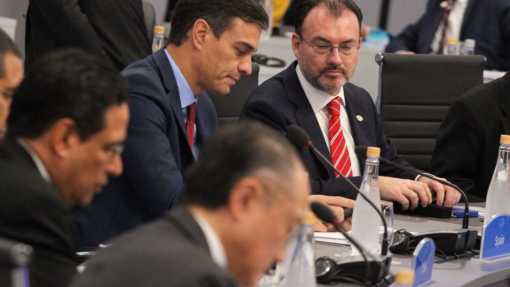 Foto: Pedro Sánchez conversa con el canciller mexicano Luis Videgaray en la primera sesión del G-20. (EFE)