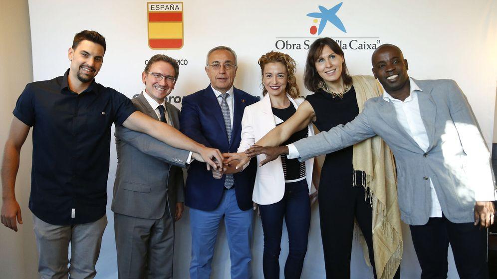 Foto: Varios deportistas españoles, junto a Alejandro Blanco, durante la presentación del acuerdo entre el COE y La Caixa (EFE)