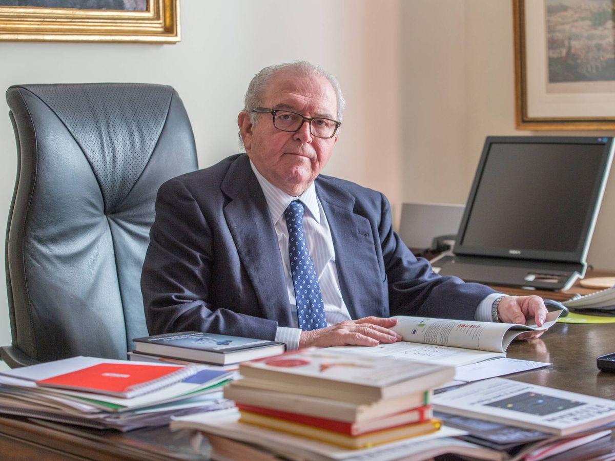 Foto: Eduardo Serra, exministro de Defensa español, en su despacho en Madrid. (David Brunat)