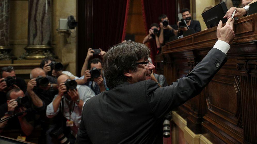 Foto: Carles Puigdemont vota en el Parlament. (Reuters)