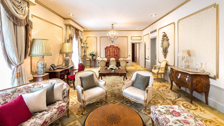 El salón de la suite Dalí, en el hotel Palace de Barcelona.