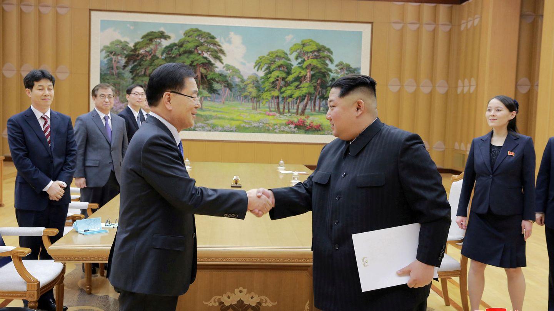 Kim Jong-un estrecha la mano del enviado especial surcoreano Chung Eui-yong en Pyongyang, el pasado 6 de marzo. (Reuters)