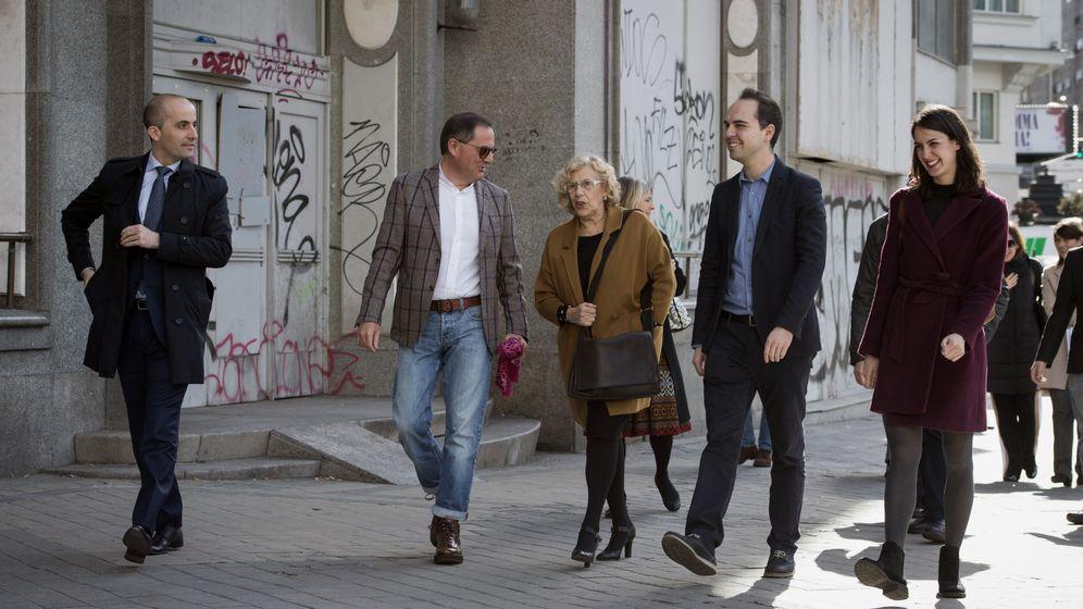 Foto: La alcaldesa de Madrid, Manuela Carmena (c), acompañada por el responsable del Área de Desarrollo Urbano Sostenible, José Manuel Calvo (2d). (EFE)