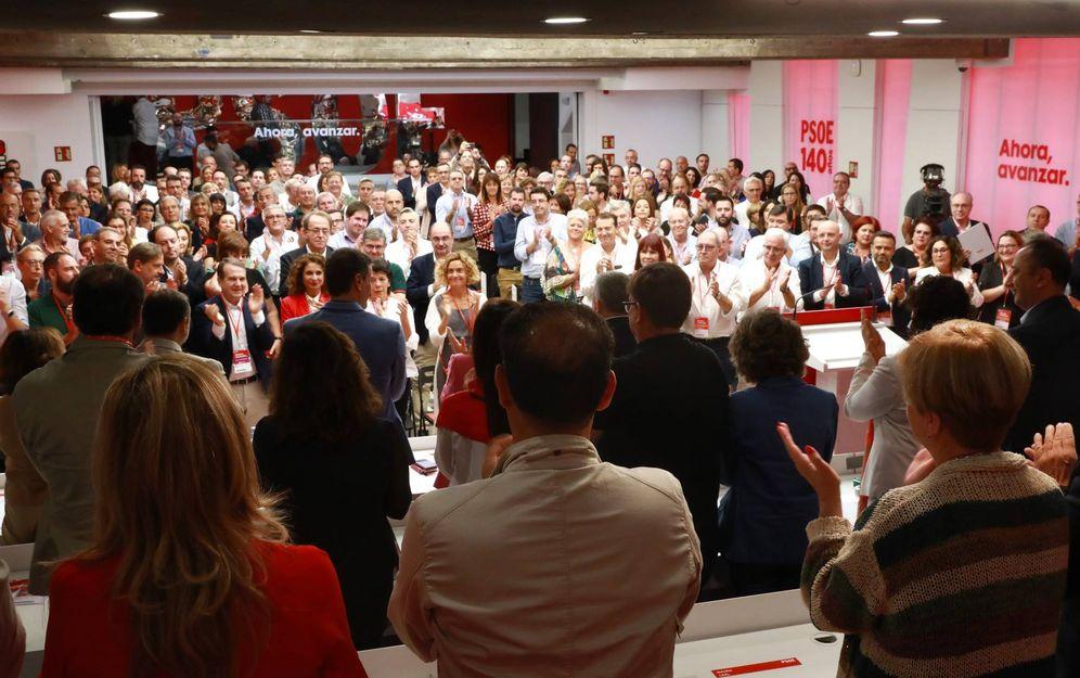 Foto: El comité federal del PSOE aplaude a Pedro Sánchez tras su intervención, este 28 de septiembre en Ferraz. (Inma Mesa | PSOE)