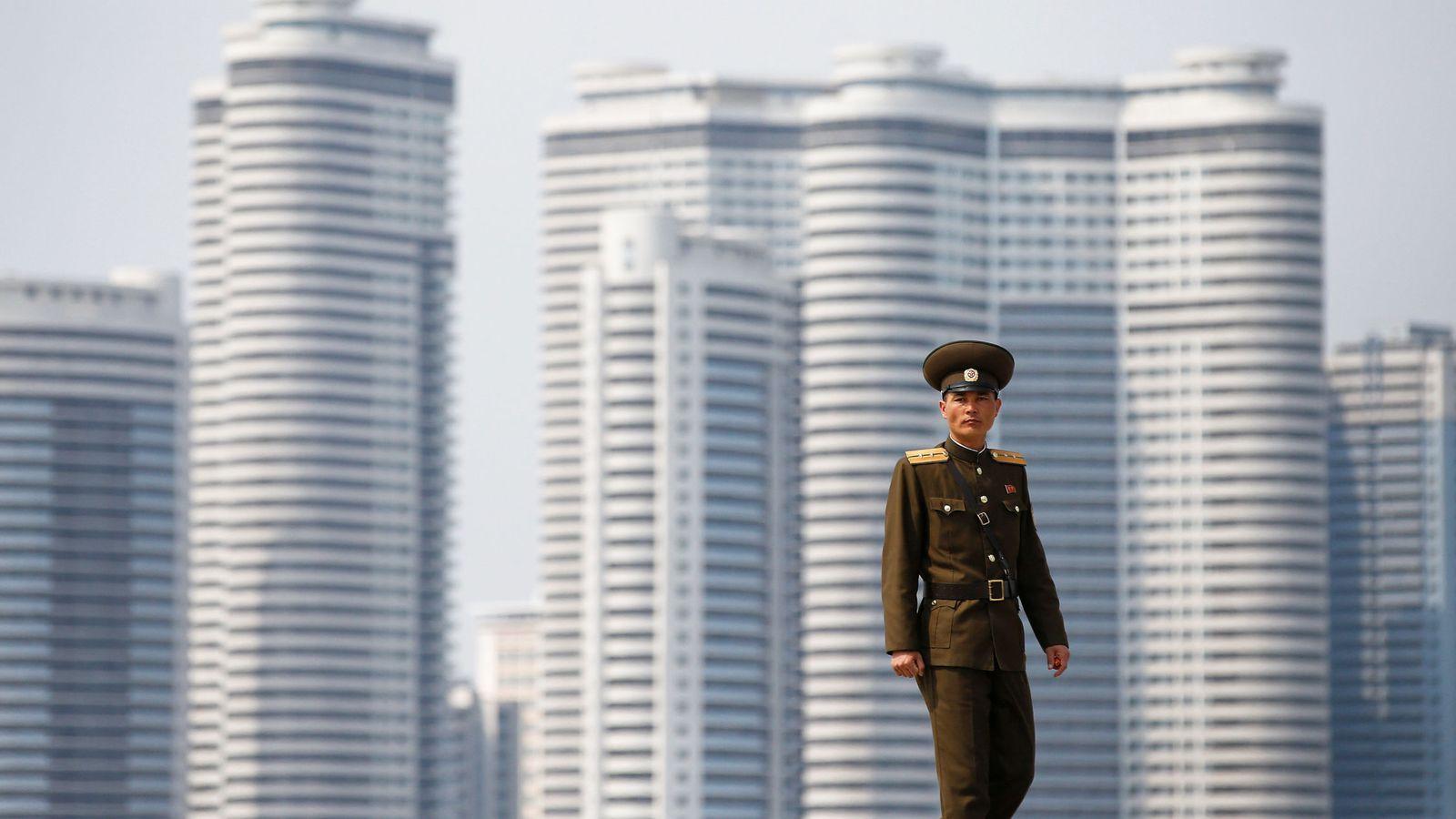 Foto: Un soldado camina junto al río en el centro de Pyongyang, en abril de 2017. (Reuters)