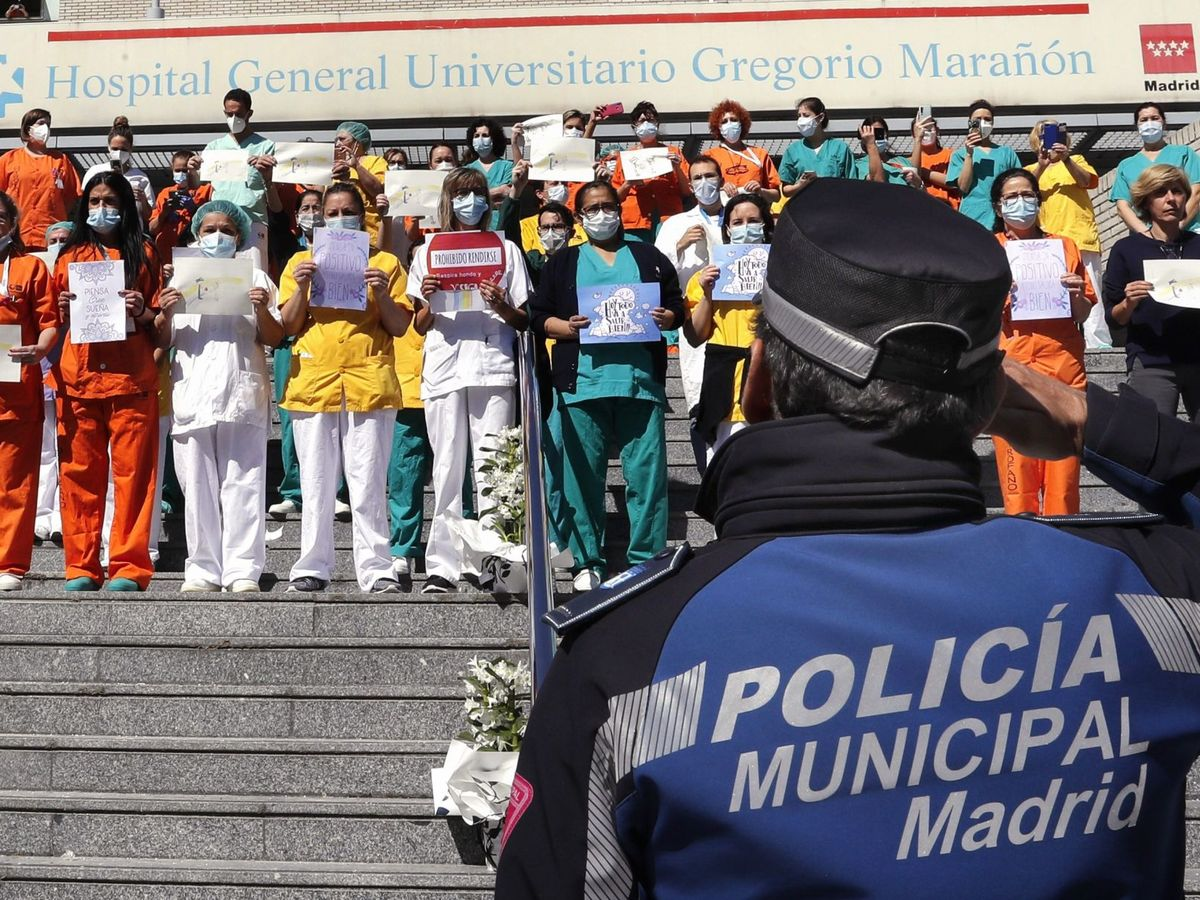 Foto: La Policía rinde homenaje al equipo sanitario del Hospital Gregorio Marañón, en Madrid. (EFE)