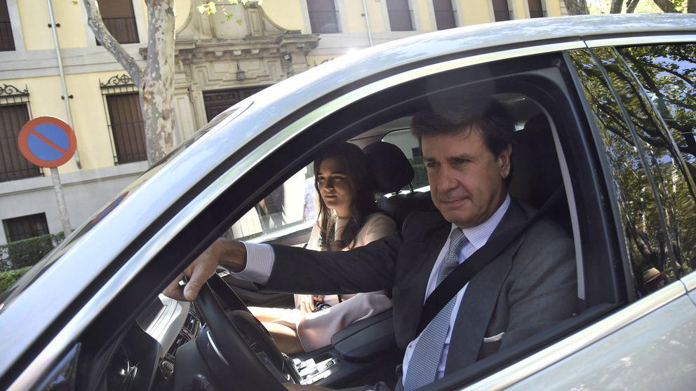 Cayetano oficializa su relación con Bárbara Mirjan en la boda de su sobrino