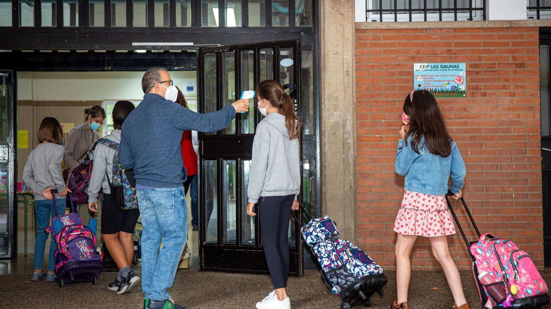 Un trabajador toma la temperatura a unos estudiantes del colegio público de Las Gaunas, de Logroño. (EFE)