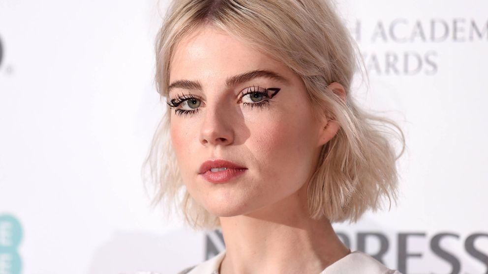 Maquillaje que se pega, última locura de Lucy Boynton que vas a querer probar