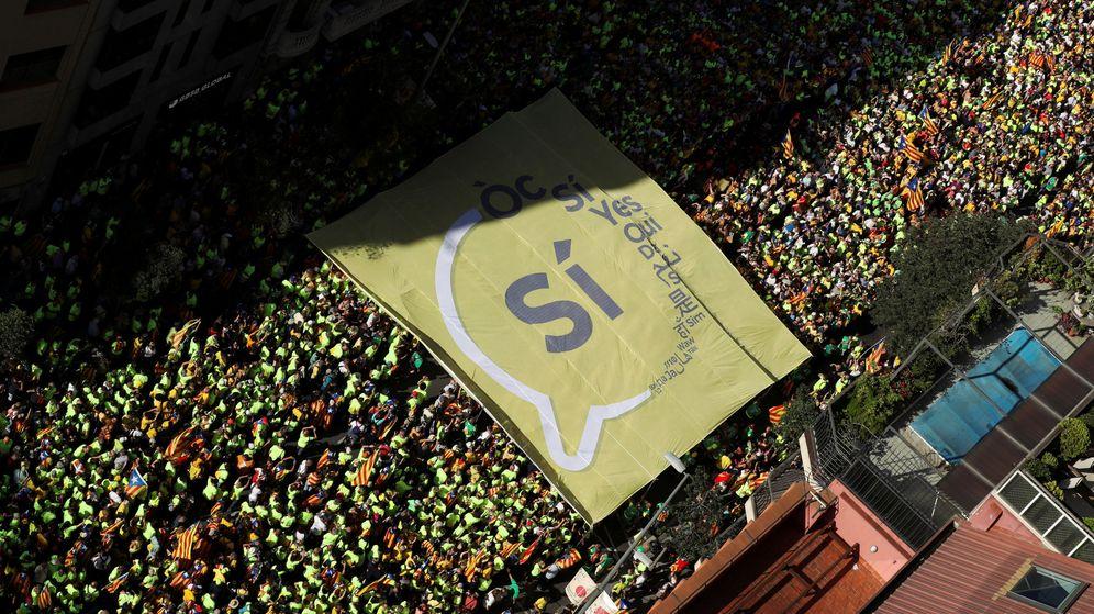 Foto: Un sí gigante, en la manifestación de la Diada en Barcelona. (Reuters)