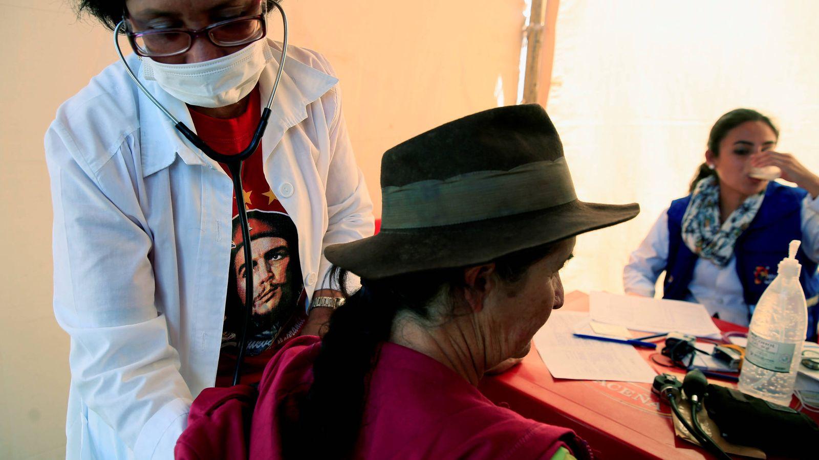 Foto: Una doctora cubana inspecciona a una paciente en un hospital en Vallegrande, Santa Cruz, Bolivia, en octubre de 2017. (Reuters)