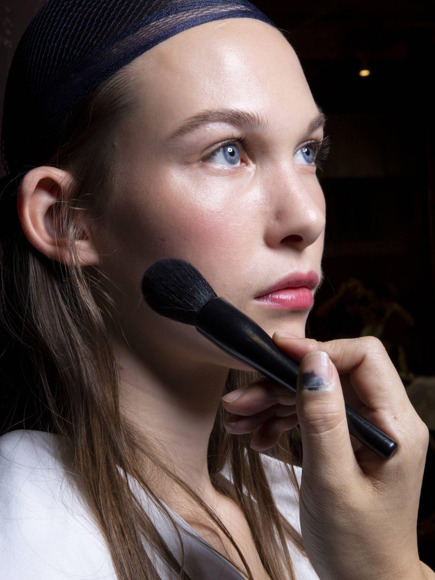 Aplicar un poco de vaselina próxima a la raíz del cabello evita que el tinte manche la piel. (Imaxtree)