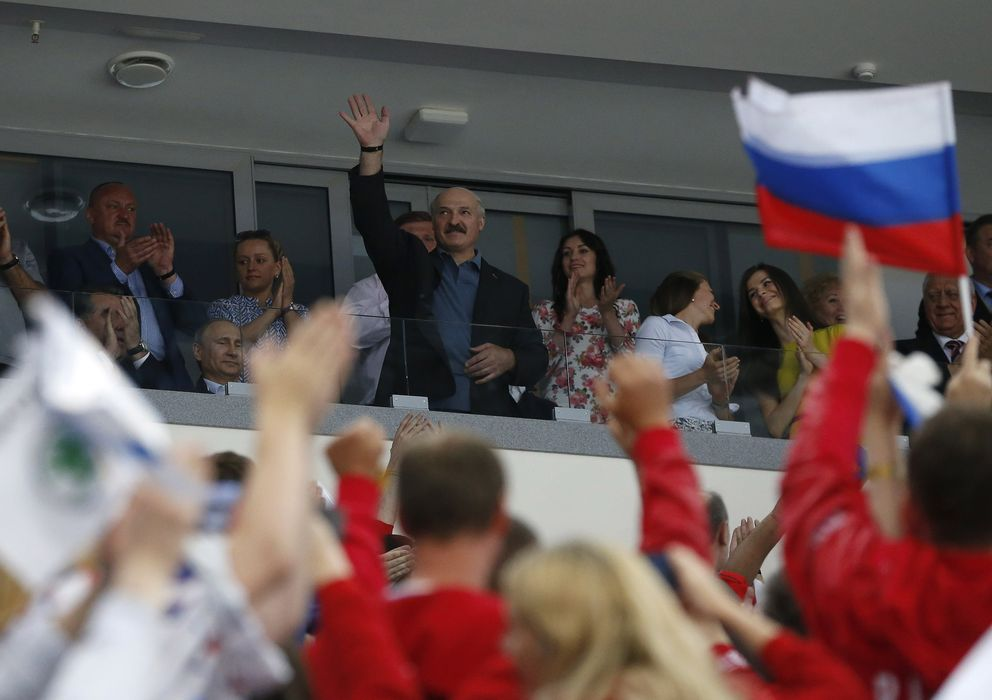 Foto: Lukashenko, presidente de Bielorrusia desde hace 20 años, saluda al llegar a la final del Mundial de Hockey en Minsk. (Reuters)