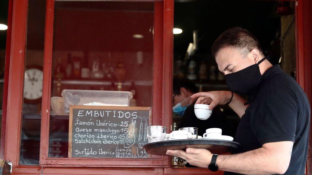 Foto: Un camarero en una terraza de un bar del centro de Madrid. (EFE)