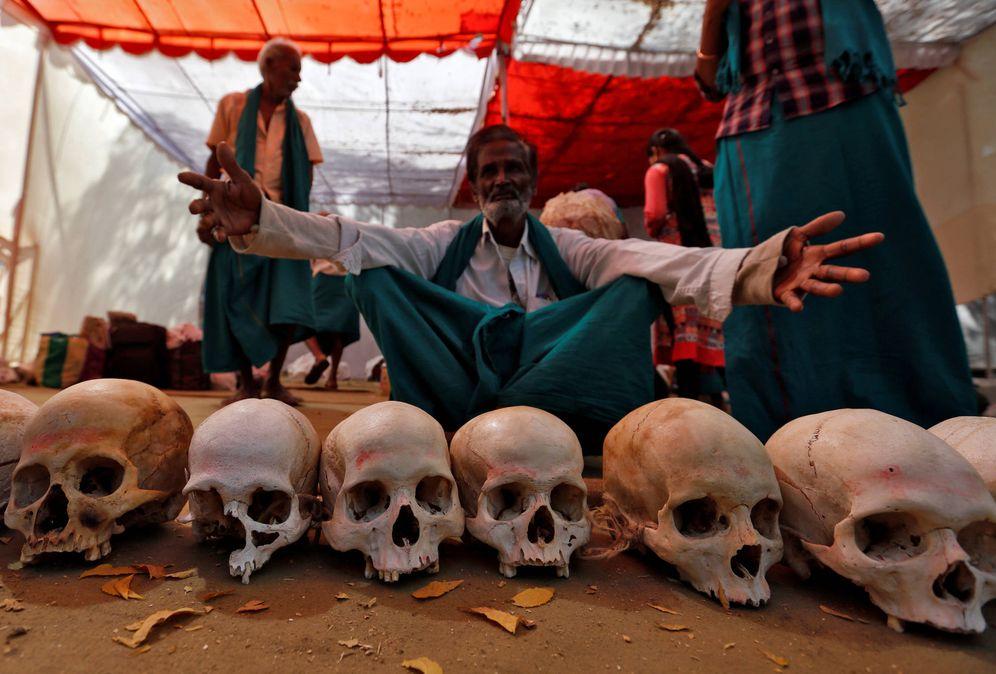 Foto: Agricultores de Tamil Nadu con calaveras de otros granjeros que se suicidaron durante una protesta para pedir ayudas del Gobierno contra la sequía. (Reuters).