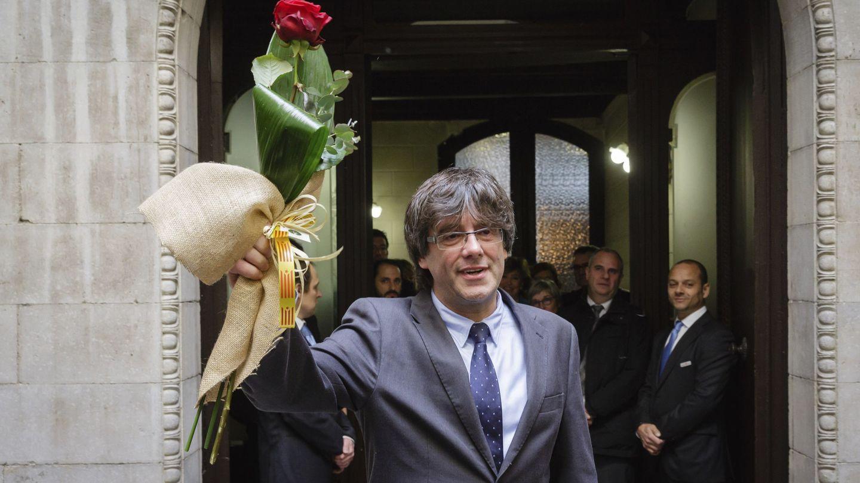 Puigdemont, a su salida del pleno para renunciar a la alcaldía de Girona tras ser elegido nuevo 'president'. (EFE)