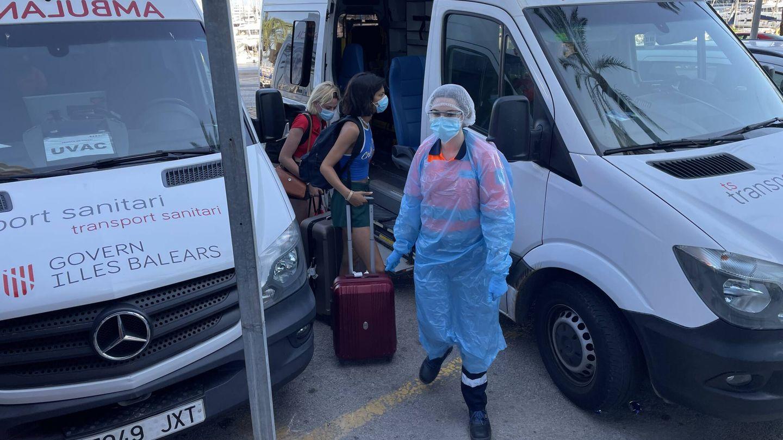 Dos turistas extranjeras ingresan en el 'hotel covid' de Mallorca. (D.B.)