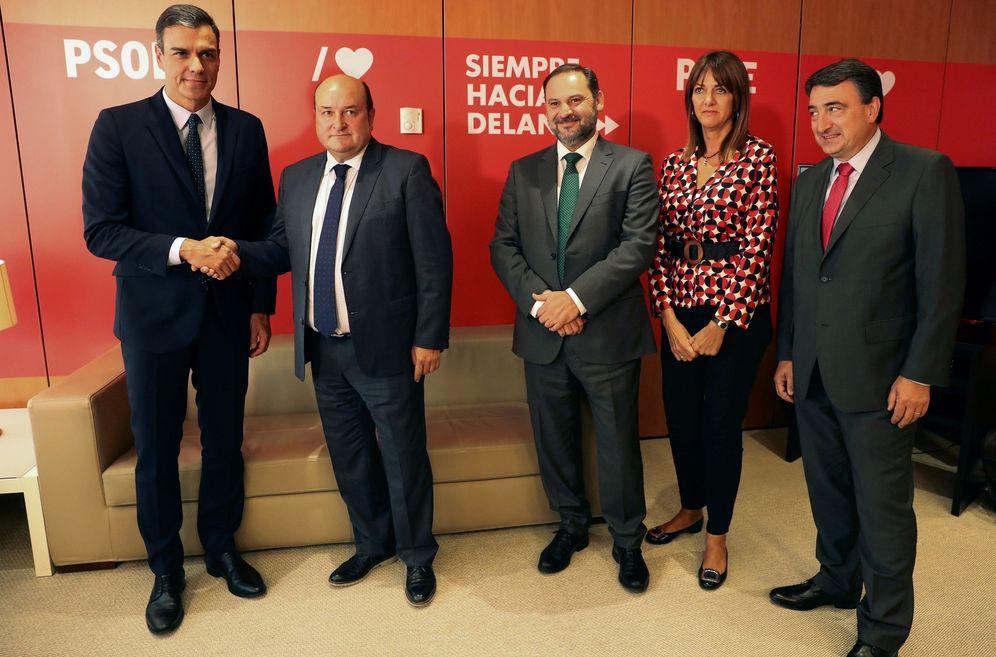 Foto: Pedro Sánchez y Andoni Ortuzar, con José Luis Ábalos, Idoia Mendia y Aitor Esteban, este 4 de septiembre en Ferraz. (EFE)