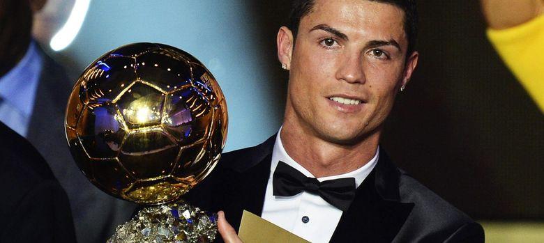 Foto: Cristiano con el balón de oro (Efe).