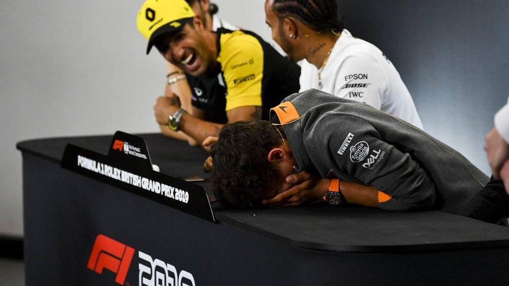 Foto: Lando Norris no pudo aguantar al risa ante la broma de Ricciardo en la rueda de prensa del GP de Gran Bretaña. (@LandoNorris)