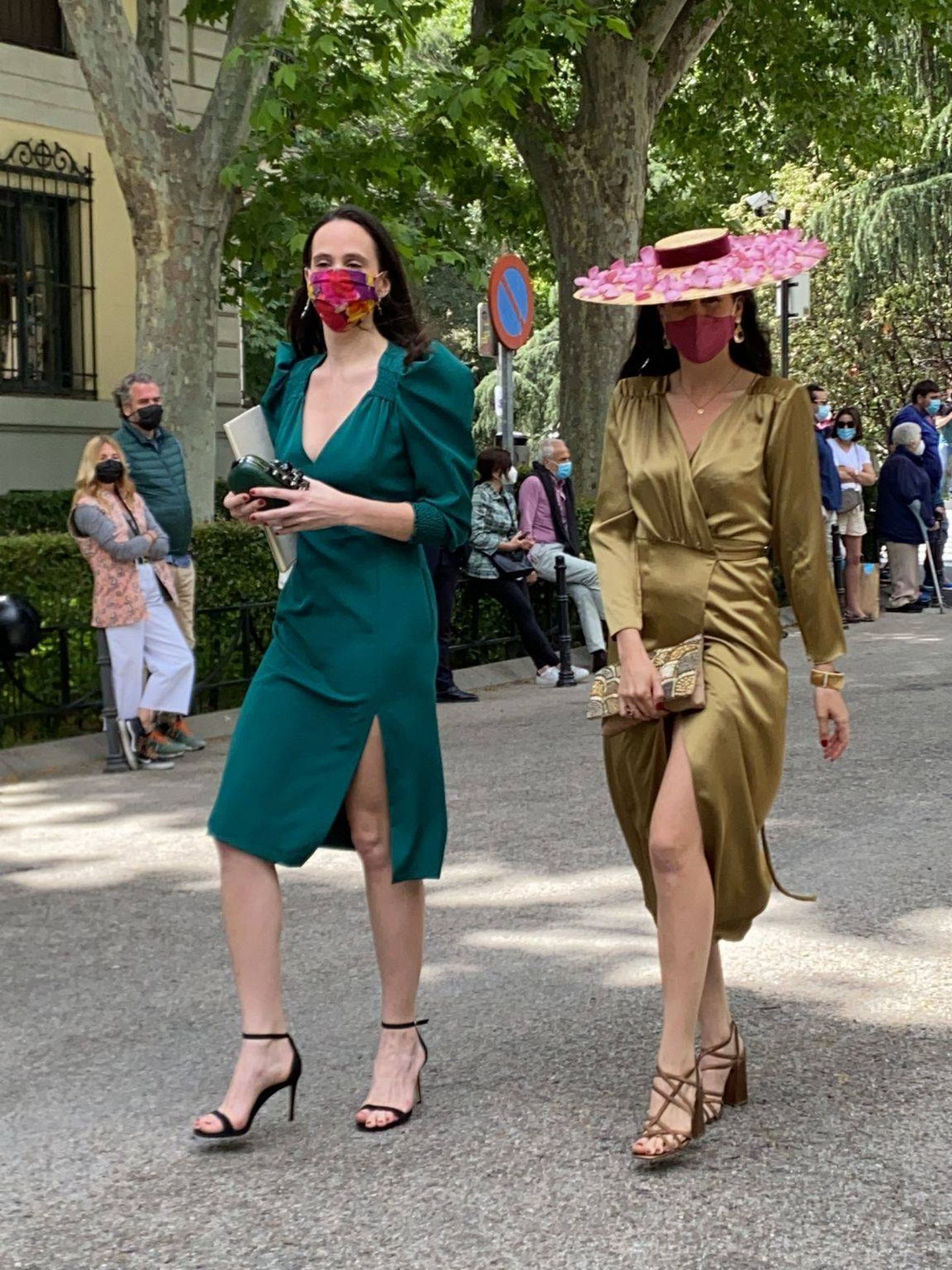 Dos de las invitadas más elegantes. (P.I.)