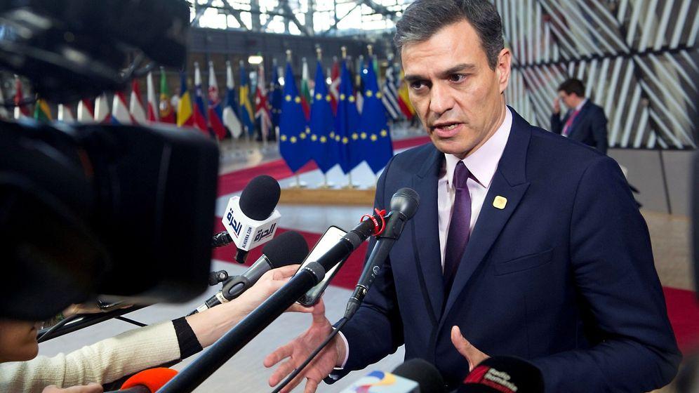Foto: El presidente del Gobierno, Pedro Sánchez, atiende a la prensa a su llegada al Consejo Extraordinario en Bruselas. (EFE)