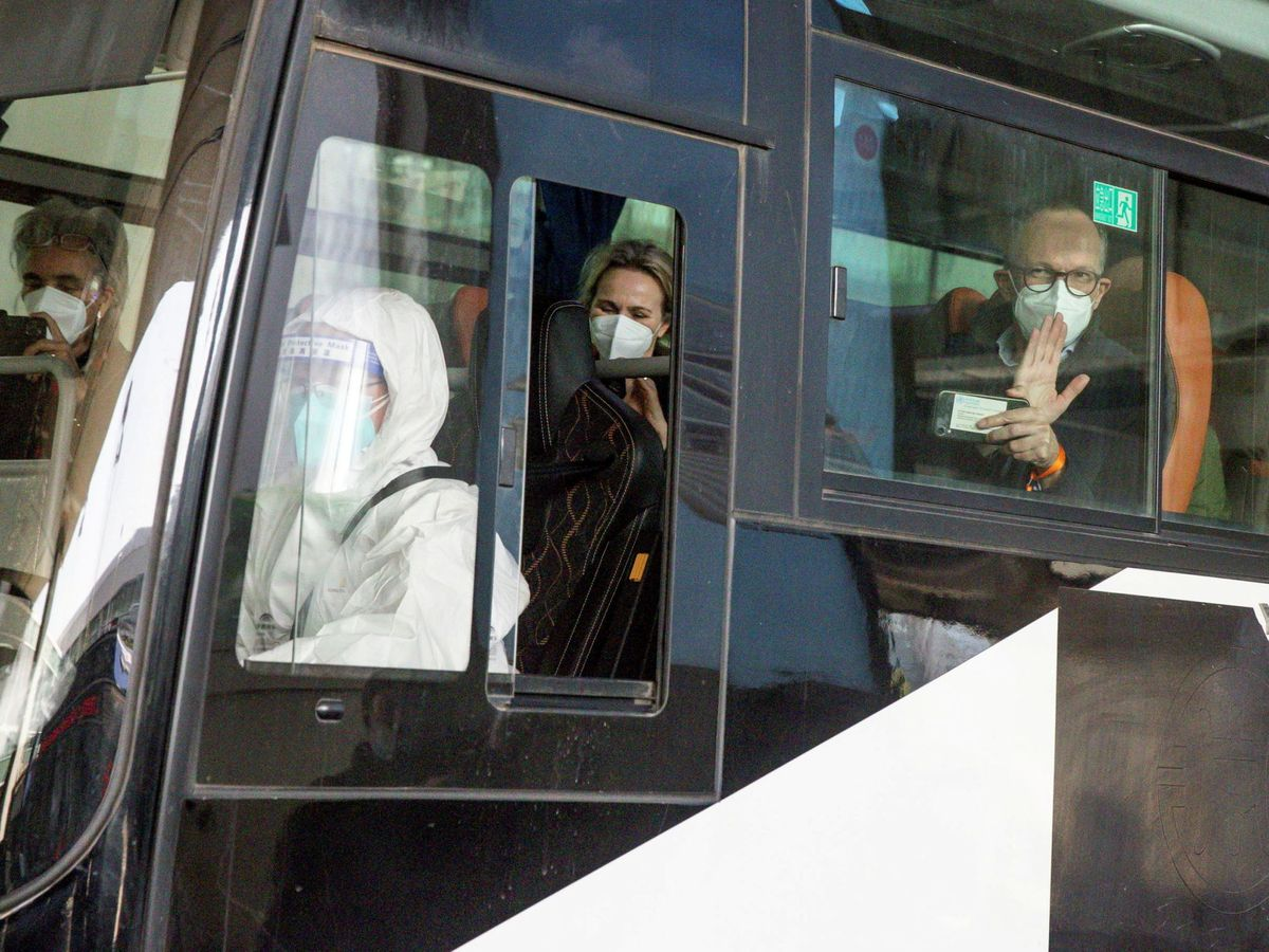 Foto: Traslado de los expertos a su hotel desde el aeropuerto de Wuhan. (Reuters)
