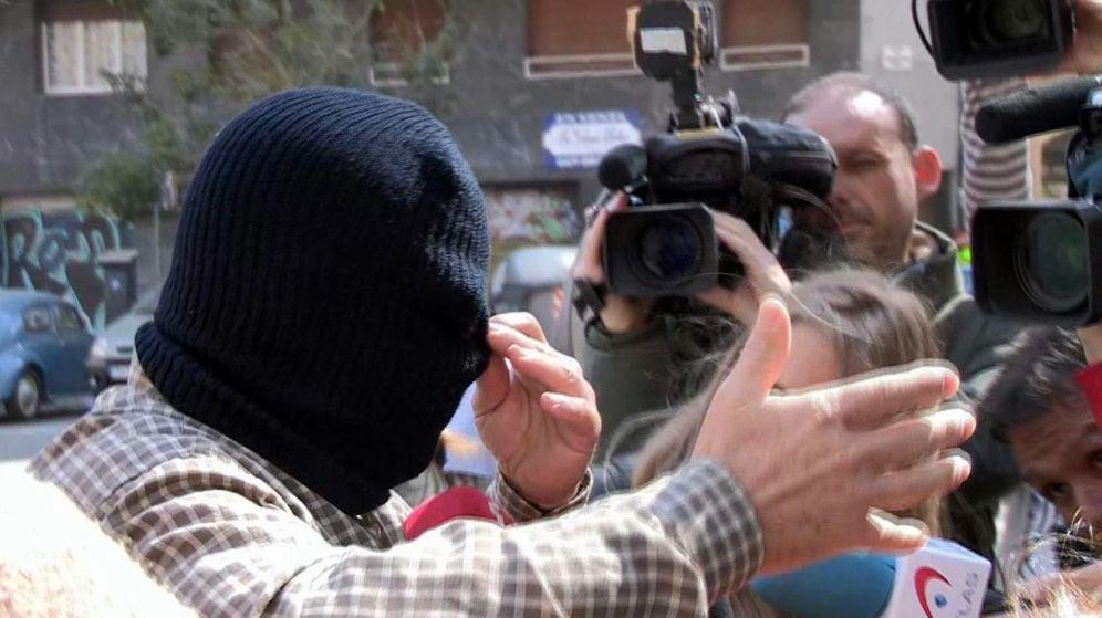 Foto: El acusado, Joaquín Benítez, oculto tras un pasamontañan en su aparición en la Audiencia de Barcelona (Efe)