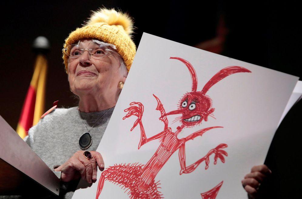 Foto: Pilarín Bayés muestra el dibujo de un demonio que representa al Estado, esta semana en Vic. (EFE)