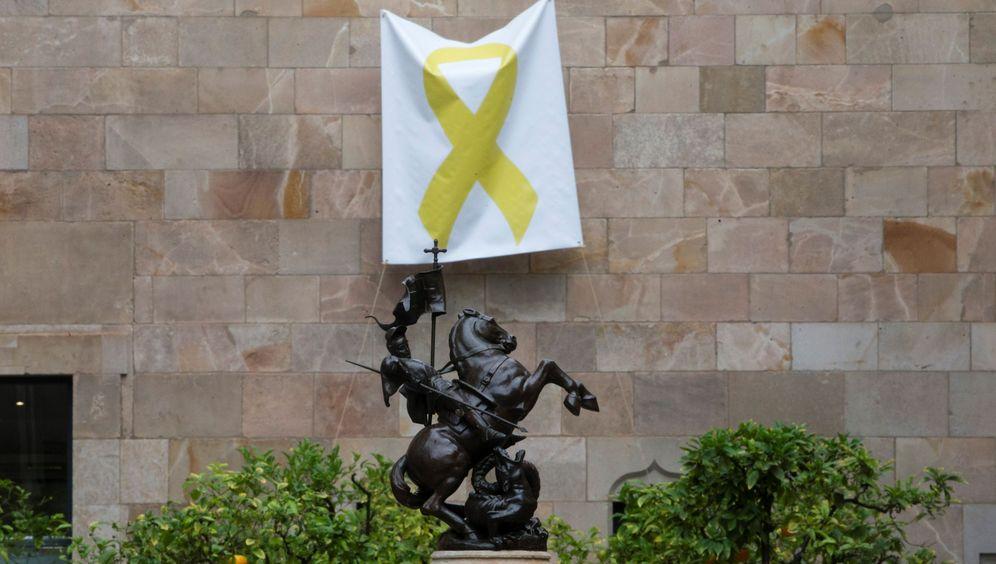 Foto: Una pancarta con un lazo amarillo cuelga de una de las paredes del Pati dels Tarongers en el Palau de la Generalitat. (EFE)