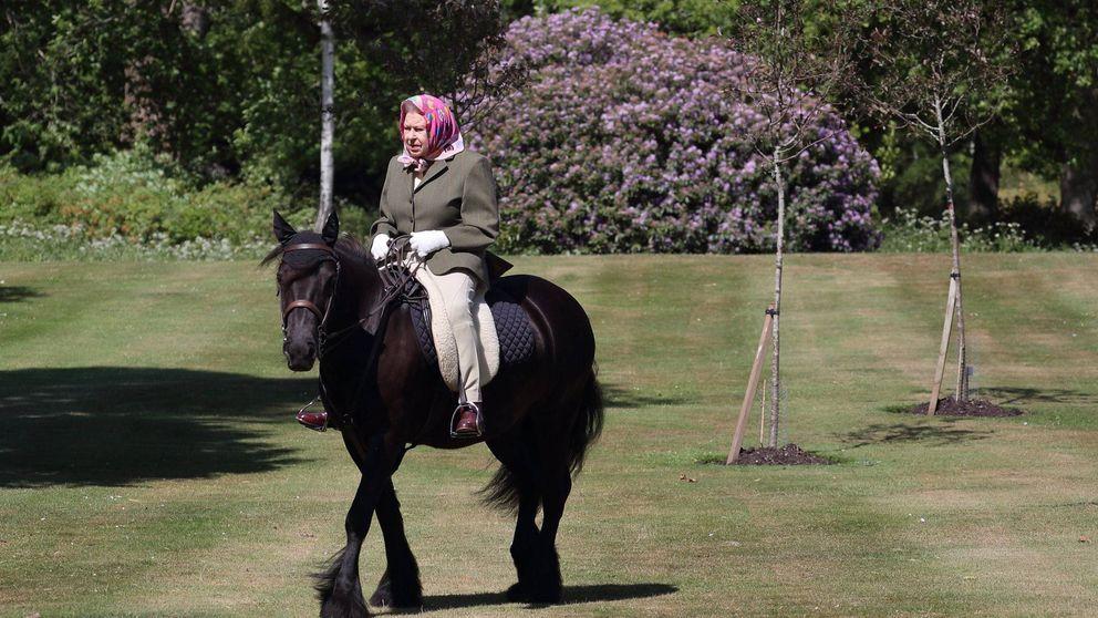 La insólita imagen de la reina Isabel a caballo (¡con 94 años!)