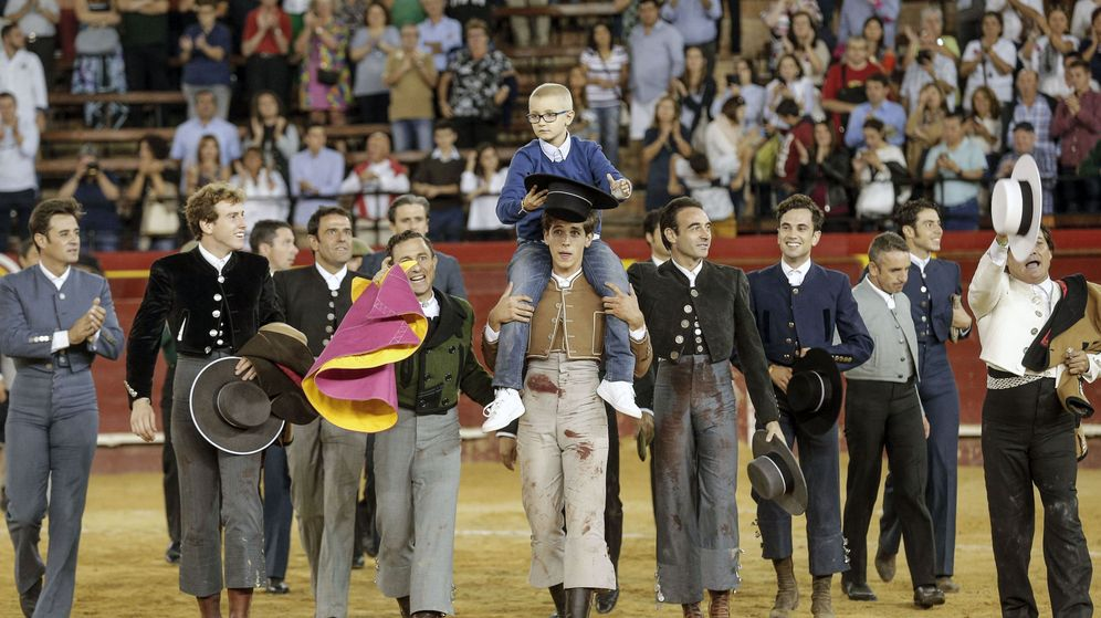 Foto: Adrián es llevado a hombros en la Plaza de toros de Valencia. (EFE)