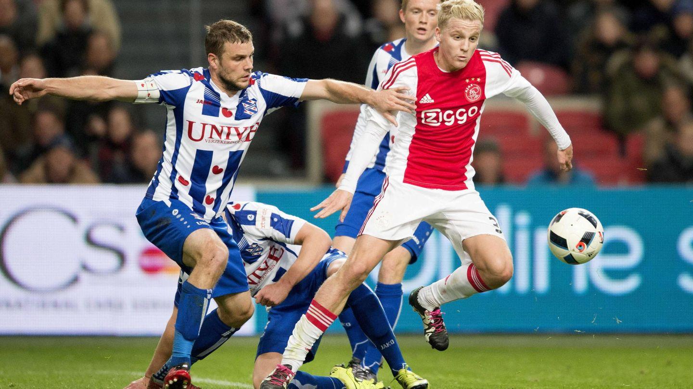 Donny van Beek, a la derecha, jugador del Ajax de Ámsterdam. (EFE)