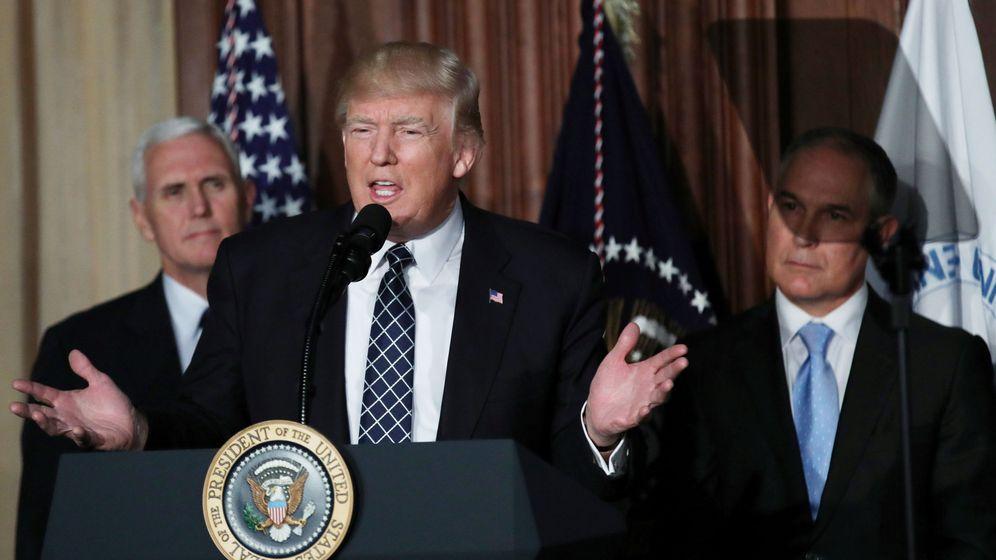 Foto: El presidente de Estados Unidos, Donald Trump, junto al vicepresidente Mike Pence y el administrador de la Agencia de Protección Medioambiental Scott Pruitt. (Reuters)