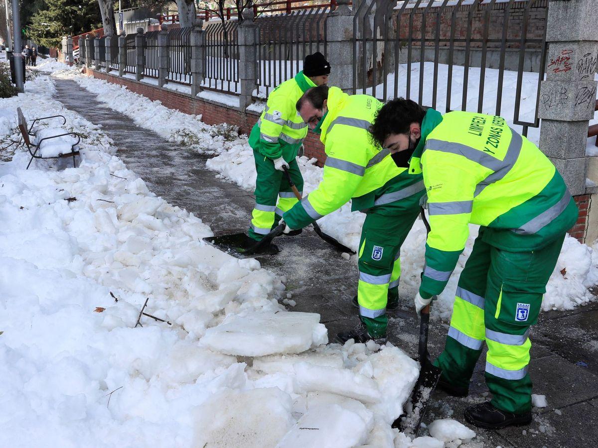 Foto: Retirada de la nieve de las calles de Madrid. (EFE)