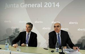 Abertis salda la crisis del sector entre los líderes por retorno absoluto