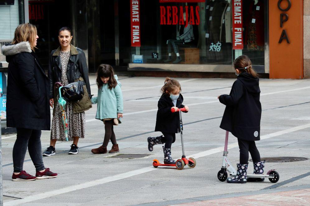 Foto: Dos madres pasean con sus hijas en Oviedo, este 27 de abril. (EFE)