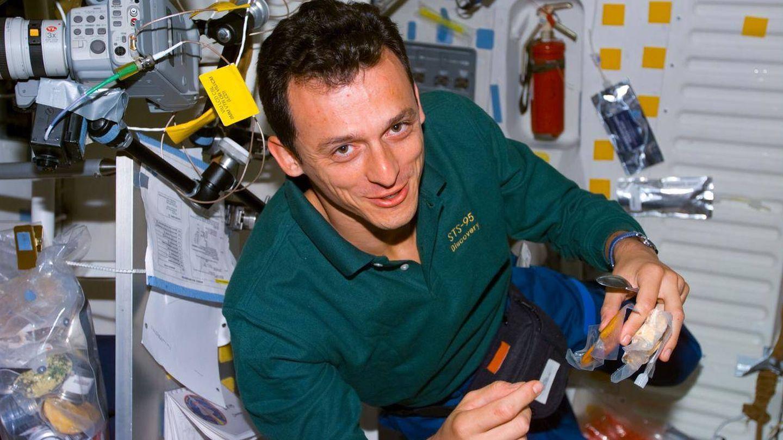 El ministro de Ciencia, Pedro Duque, preparándose un snack en el transbordador espacial Discovery. (Foto: NASA)