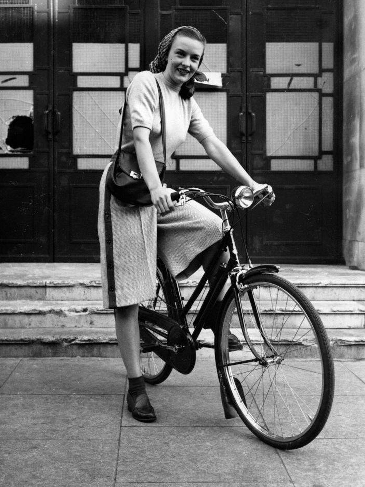 Mujer con falda pantalón montando en bicicleta en 1945. (Getty)