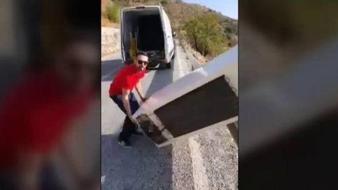 El joven que tiró una nevera en Almería la recoge arrepentido