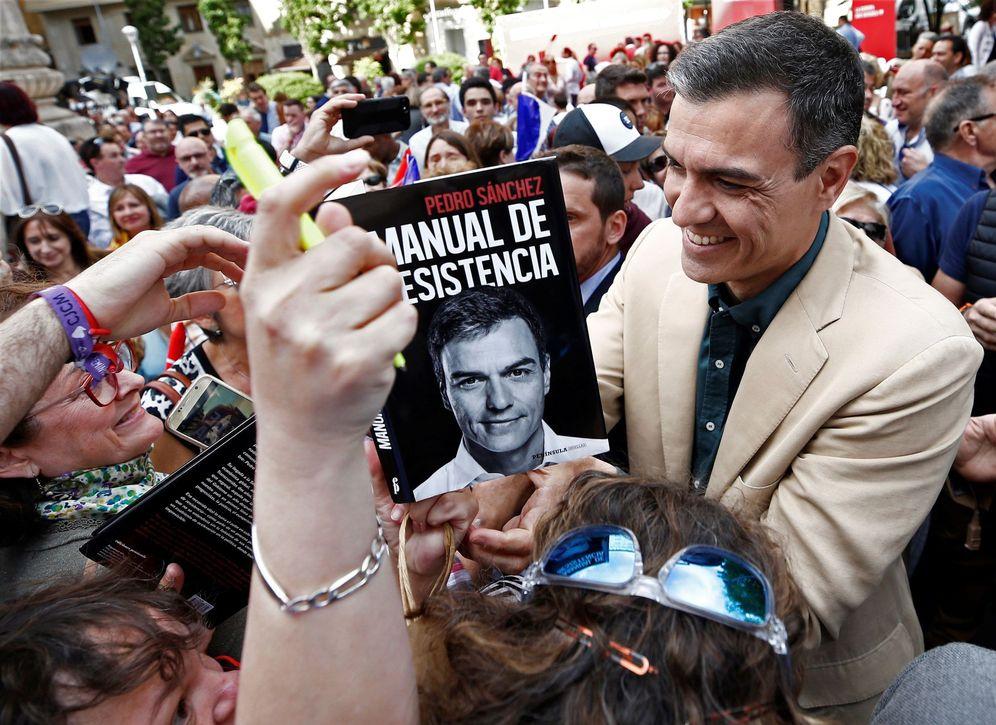 Foto: Pedro Sánchez firma un ejemplar de su libro en Pamplona, este 15 de mayo. (EFE)