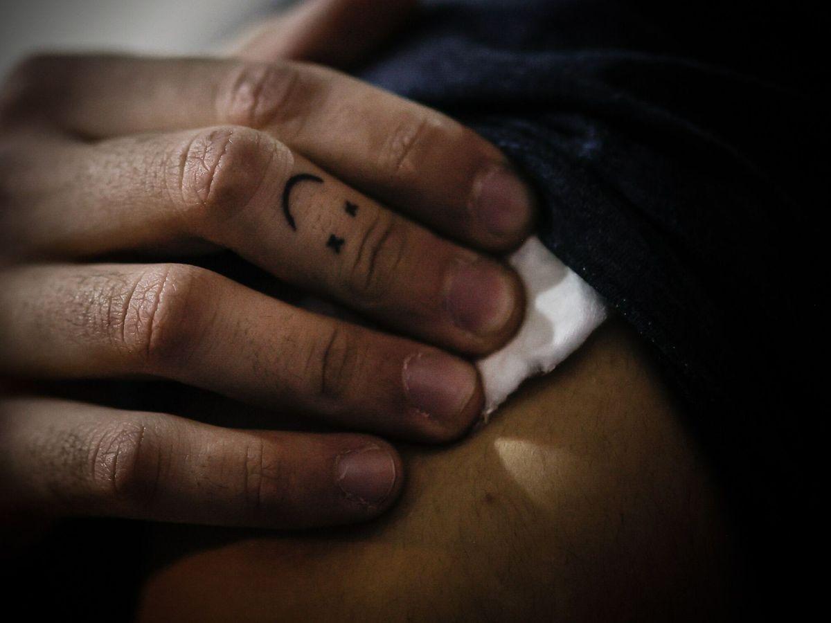 Foto: Una persona recibe la vacuna contra el covid. (EFE)