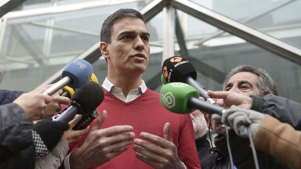 Foto: Pedro Sánchez atiende a los medios en Santander, este 17 de enero. (EFE)