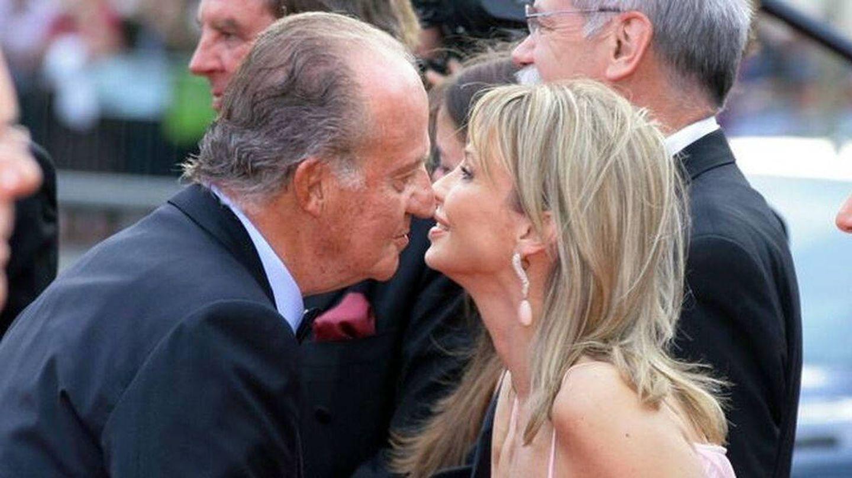 El rey Juan Carlos I saluda a Corinna zu Sayn-Wittgenstein en la gala de los Premios Laureus de 2006. (EFE)